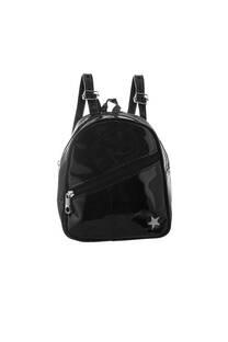 Mini mochila de charol con tacha y bolsillo frontal con cierre. Tiras regulables.  Medidas: 20 cm x 20 cm -