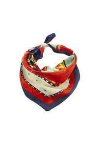 Pañuelo cuadrado de seda con diseño a colores.  Medidas: 50 cm x 50 cm -