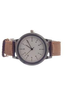 Reloj con malla de tela. -