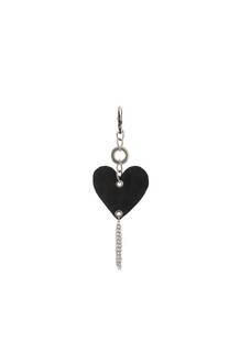 Llavero de tela con forma de corazón y cadenas colgantes. -