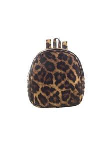 Mochila chica de cuero ecológico con diseño animal print con tachas laterales y tiras regulables.  Medidas: 20 cm x 22 cm. -
