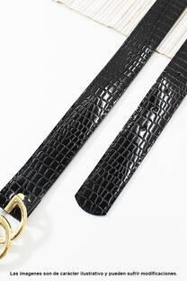Cinto de eco cuero con hebilla Gucci.  Medidas: 100 cm de largo aprox. (Hasta talle 44). -