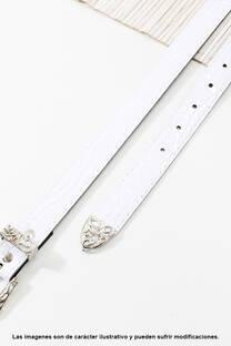 Cinto de eco cuero símil charol croco con puntera metálica.  Medidas: 100 cm de largo aprox. (Hasta talle 44). -