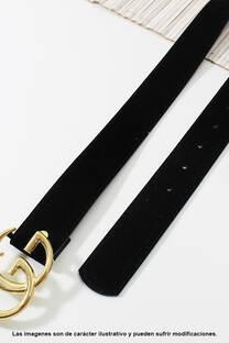 Cinto de eco cuero y gamuza con hebilla Gucci.  Medidas: 100 cm de largo aprox. (Hasta talle 44). -