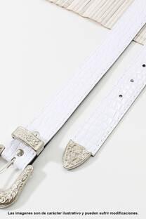 Cinto de eco cuero símil charol-croco con puntera metálica.  Medidas: 100 cm de largo aprox. (Hasta talle 44). -