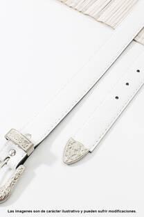 Cinto de eco cuero con puntera metálica.  Medidas: 100 cm de largo aprox. (Hasta talle 44). -