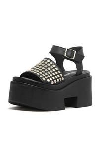 Sandalia con tachas planas